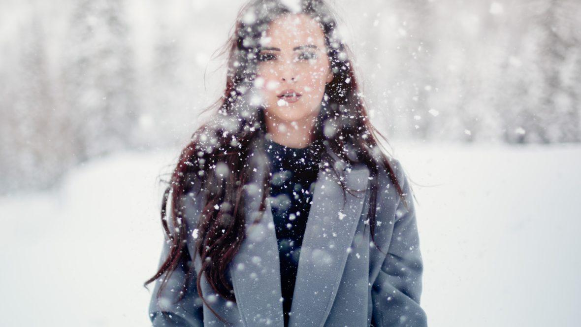Draußen liegt kein Schnee? Dann bastel Schneeflocken einfach selbst.