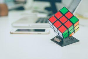Rubixcube der auf einem Tisch steht.