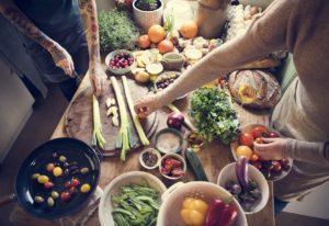 Zwei Menschen, die zusammen Kochen.