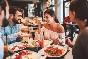 Freunde die zusammen in einem Restaurant Frühstücken.