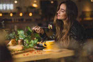 Frau die ihr Essen genießt.
