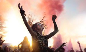 Frau die auf einem Festival tanzt.