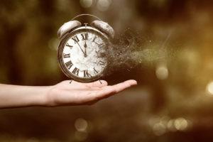 Eine Uhr die sich im Wind auflöst.