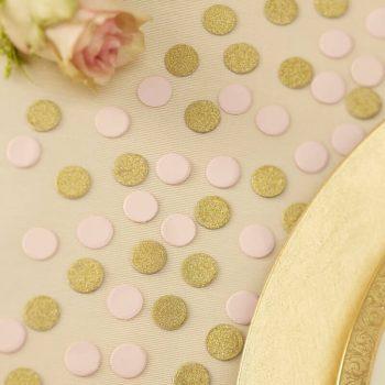 Hübsche Tischdekoration im Stil rosa und gold