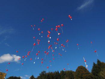 Luftballons steigen lassen