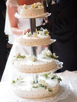Hochzeitstorte mehrstöckig Dekoration Blumen