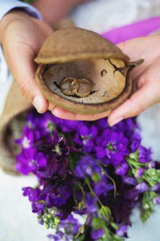 Die Trauringe werden in einer Nuss präsentiert, eine hübsche alternative zum Ringkissen
