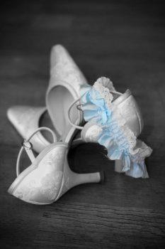 weiße Schuhe blaues Strumpfband Hochzeitsbrauch neu alt geliehen blau