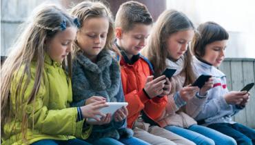 Første mobiltelefon til børn – guide til 5 gode telefoner