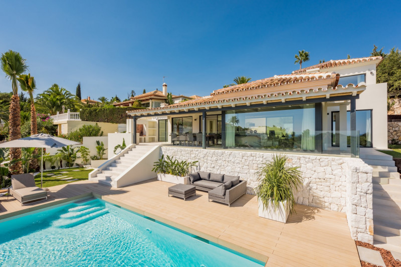 A modern, complete and charming villa in the green valley of Elviria