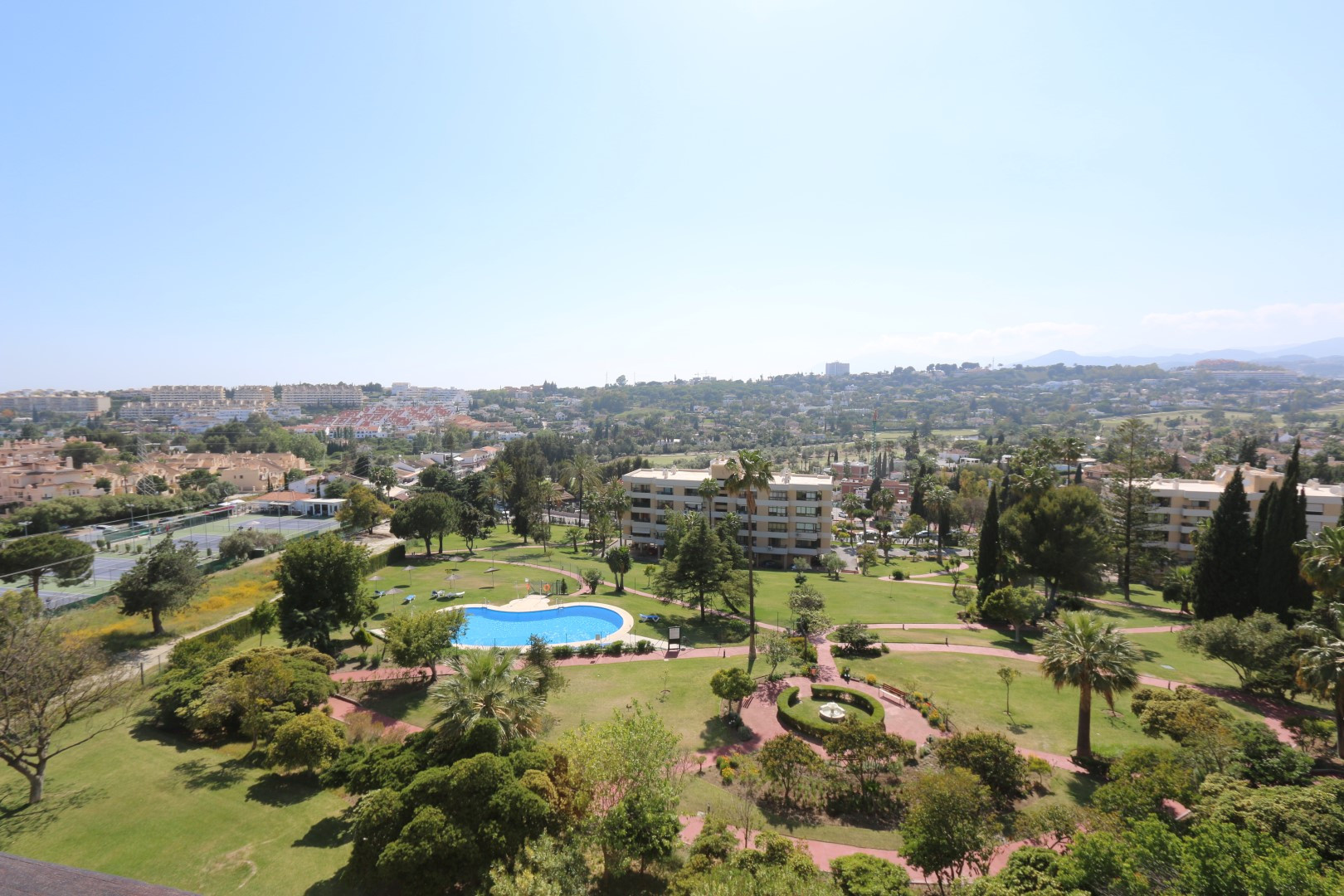 Modern 1 bed apartment with lovely open views in Torres de Aloha