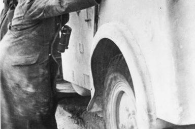 Erwin Rommel segít kitolni a berakadt autóját