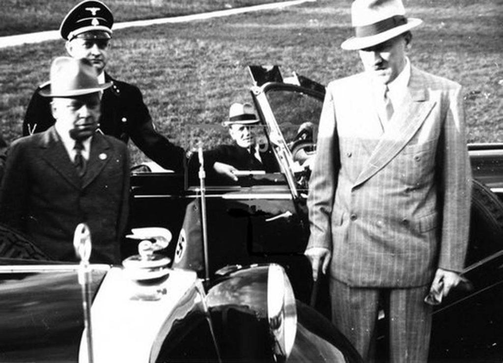 Adolf Hitler és katonai vezetői a gengszter-stílusú öltönyeikben közvetlenül Lengyelország inváziója előtt