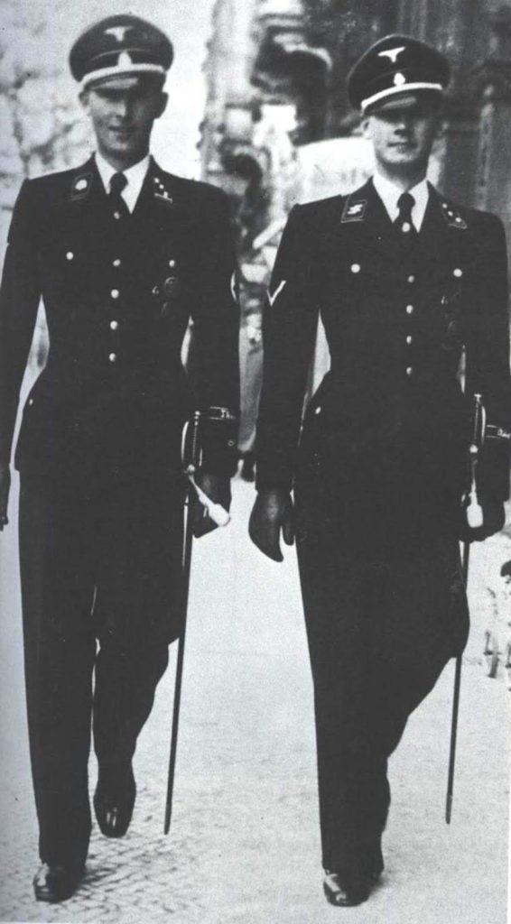 Két SS tiszt a Hugo Boss öltönyeikben