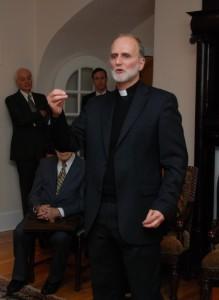 Отець д-р Борис Ґудзяк в домі родини Надії і Зенона Матківських під чac виcтупу