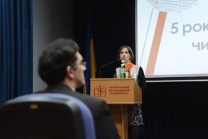 Керівник LvBS Софія Опацька відкриває конференцію з нагоди 5-ліття Школи