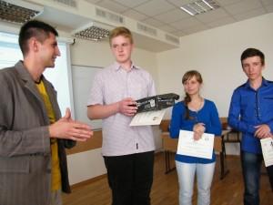 Аналітик експертної компанії «ProMova» Алім Алієв вручає нагороди переможцям конкурсу