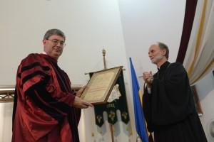 Єпарх Паризької єпархії УГКЦ,  ректор УКУ владика Борис (Ґудзяк) вручає Джорджу Вайґелю почесну грамоту Doctor Honoris Causa
