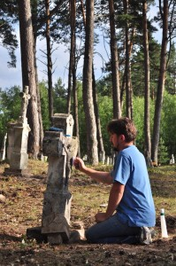 Андрій Вулочин під час роботи з відновлення цвинтаря в с. Гораєць
