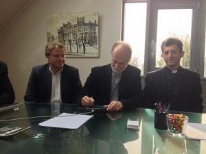 Єпарх Паризької єпархії св. Володимира, Президент УКУ владика Борис (Ґудзяк) підписує угоду про купівлю храму