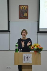 Керівник LvBS Софія Опацька розпочинає урочистості з нагоди інавгурації програми