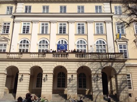 донецькі та маріупольські студенти на балконі Львівської міської ради