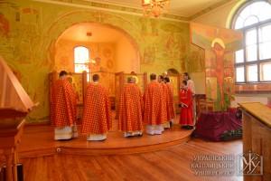 Священики зачитують Молитву посвяти спільноти УКУ та всієї України під Покров Пресвятої Богородиці