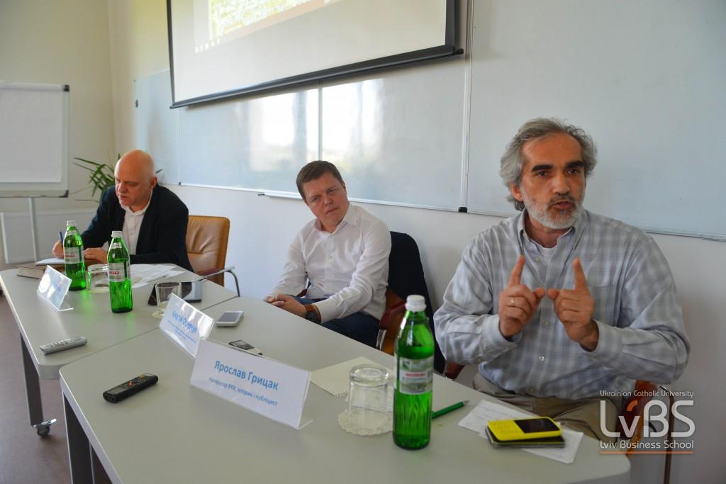Микола Вересень модерував дискусію між Андрієм Осадчуком та Ярославом Грицаком. До дискусії долучилися всі присутні на зустрічі