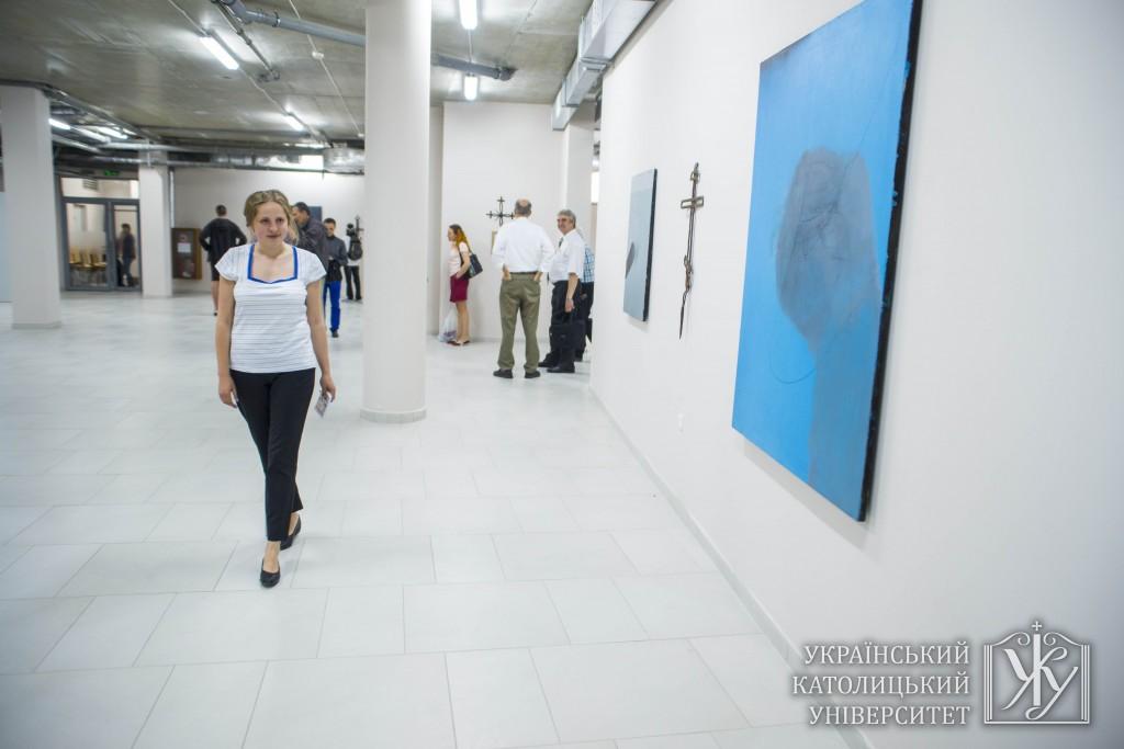 Галерея сучасного мистецтва УКУ знаходиться в цокольному приміщенні академічного корпусу на етрироії студмістечка Університету