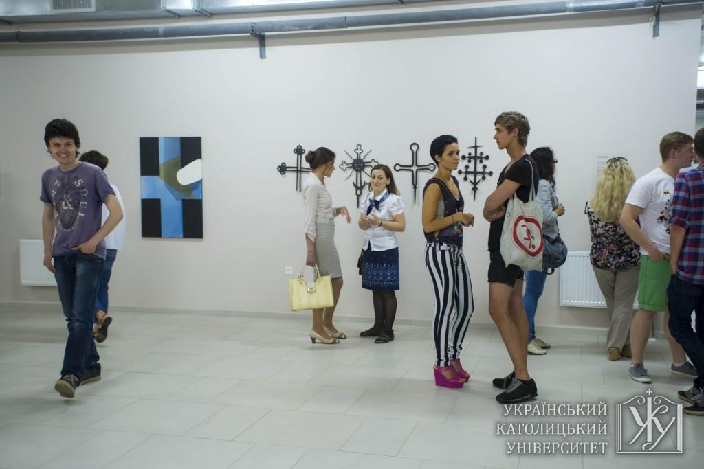 На виставці-діалозі представлені роботи Антона Логова та хрести з колекції УКУ