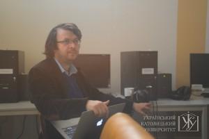 Емін Міллі керує онлайн-каналом meydan.tv. Для нього кожна хвилина на рахунку