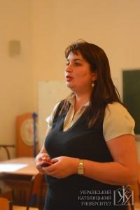 Людмила Підлипна - директор Івано-Франківського обласного центру практичної психології та соціальної роботи, має власний арттерапевтичний проект