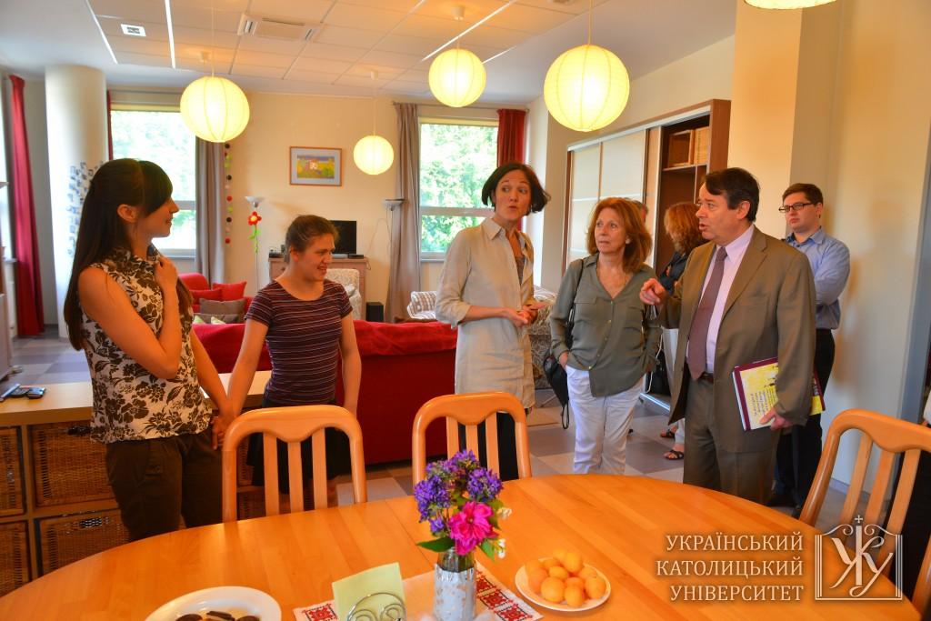 """При УКУ діє центр """"Емаус"""". Керівником в ньому є француженка Крістіна д'Оріак Анґлєс (на фото по центрі)"""