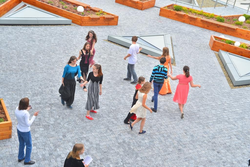 Тераса в УКУ ідеальне місце для вивчення англійської мови, а також щоб навчитися танців епохи Ренесансу