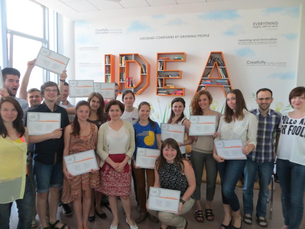 Учасники програми з додаткових компетенцій на врученні дипломів разом з викладачами та гостьовими лекторами