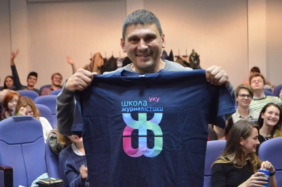 Традиційний подарунок для усіх гостей Школи журналістики та медіакомунікації УКУ отримав і Андрій Цаплієнко