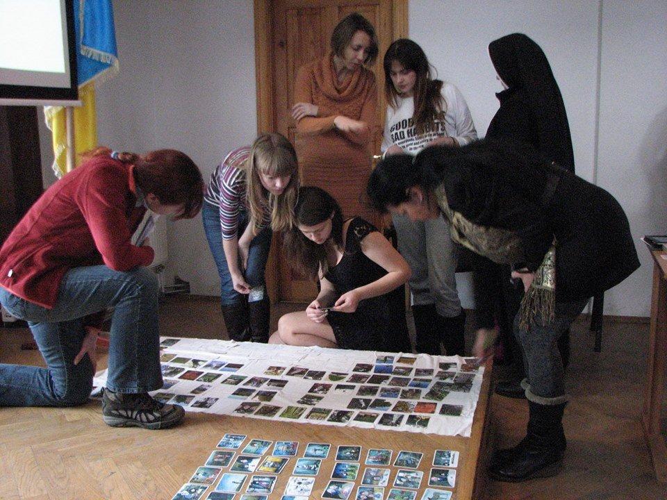 Викладач кафедри психології УКУ Мар'яна Миколайчук радить учасникам різні ігри для дітей, які пережили травму.