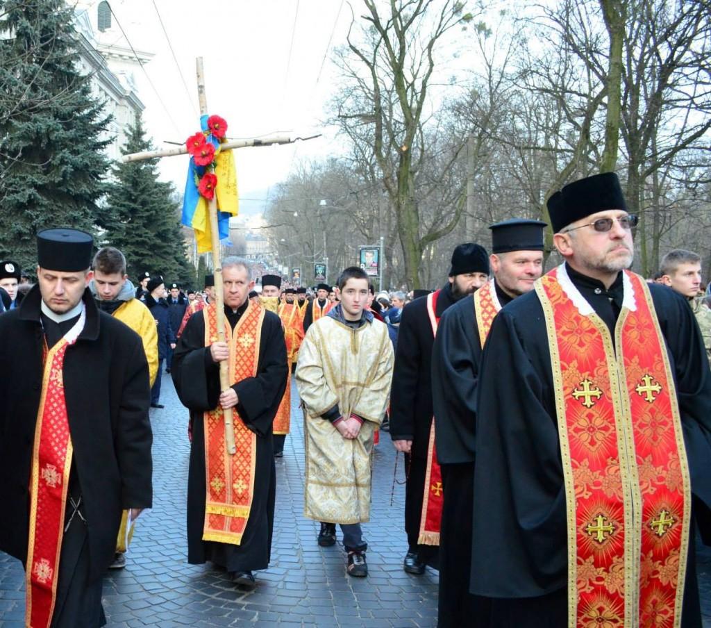 Березовий хрест несе ректор УКУ о. Богдан Прах (фото Валентина Євтушок)