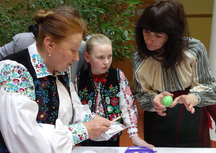 Гості та майстри пишуть традиційну лемківську писанку. Фото 2014 року.