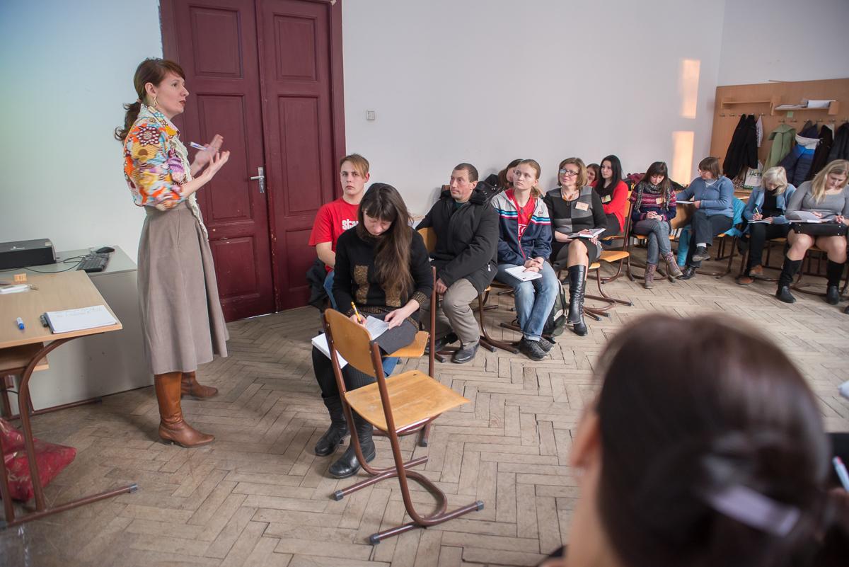 Тетяна Чекалова, практичний психолог розповідає волонтерам та студентам УКУ як перебороти внутрішнє вигорання та якісно надавати психологічну допомогу людям з посттравматичним синдромом.