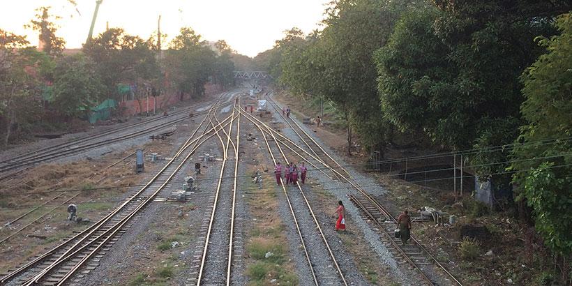 Autiot junanraiteet Yangonissa
