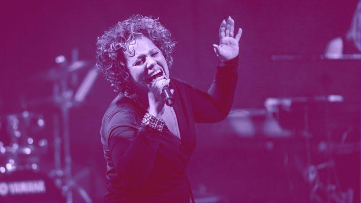 Laila Adele sjunger