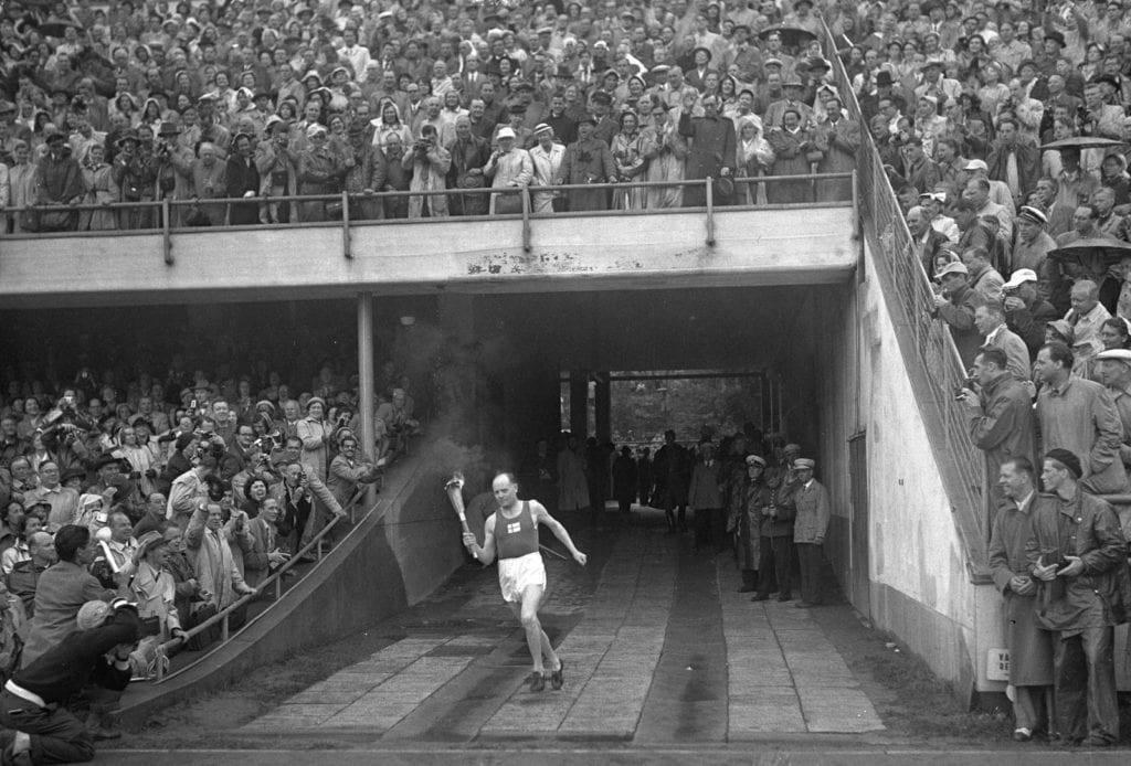 Paavo Nurmi tuo olympiasoihdun stadionille 1952.