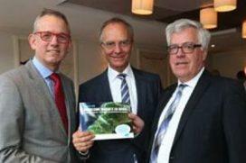 Minister Kamp neemt boek 'Duurzame warmte en koude' in ontvangst