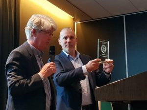 Arco Knoester (rechts), projectadviseur bij Itho Daalderop, ontvangt de Award van jurylid Willem Hooijkaas.