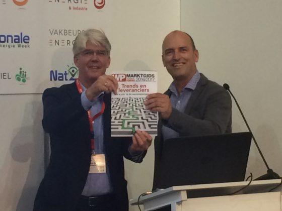 Willem Hooijkaas (NPW) ontvangt eerste exemplaar Marktgids Warmtepompen 2016/2017