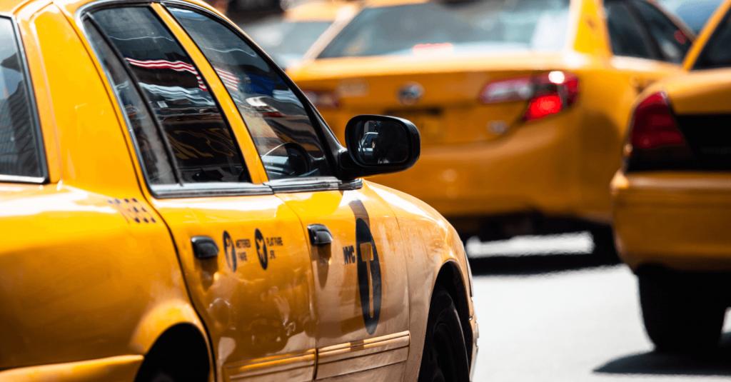 kolme keltaista taksia