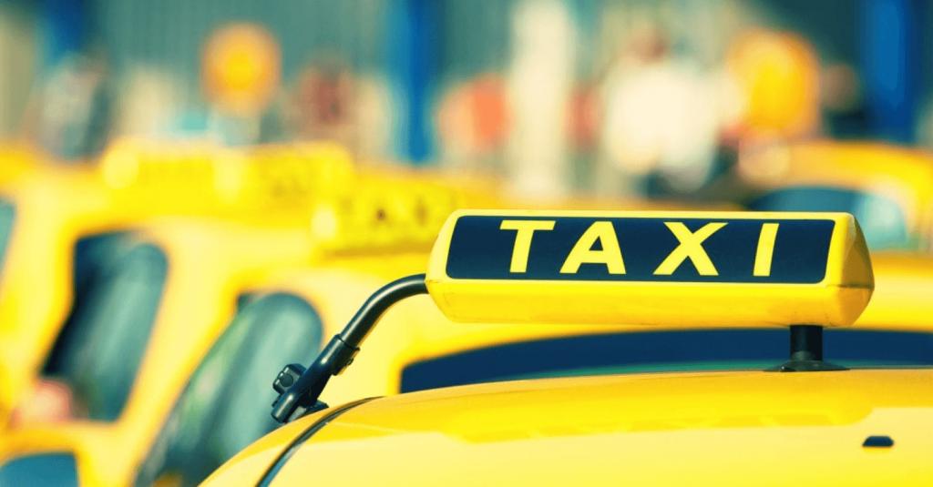 keltaisia takseja jonossa