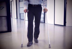 Voorwaarden verzekering arbeidsongeschiktheid - Werknemer op krukken