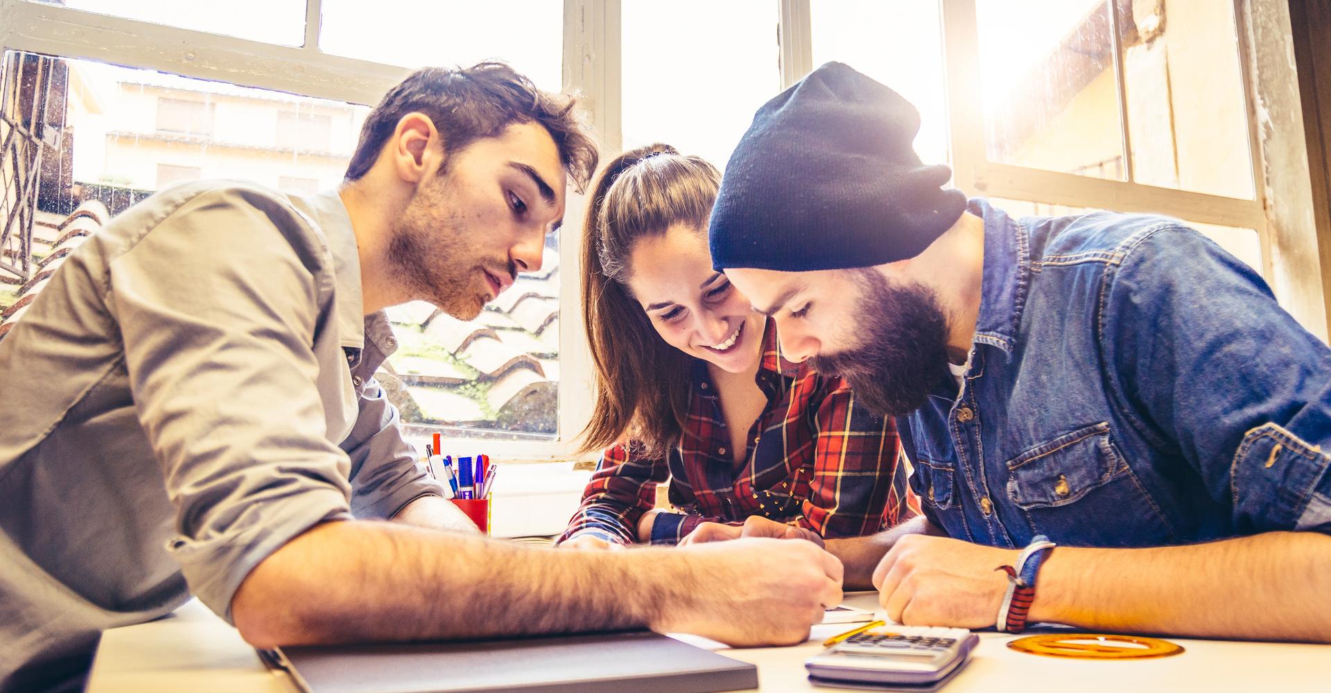 Drei Leute arbeiten gemeinsam an einem Projekt